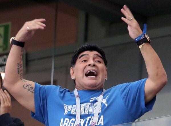 Диего Марадона на зрительской трибуне перед началом матча Аргентина - Хорватия