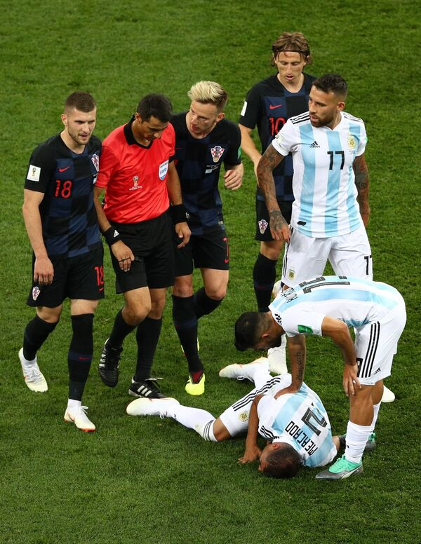 Защитник сборной Аргентины Габриэль Меркадо (второй справа) получил травму