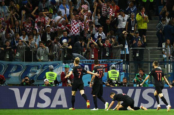 Футболисты сборной Хорватии Иван Ракитич, Марио Манджукич, Иван Перишич и Марцело Брозович (слева направо) радуются забитому мячу