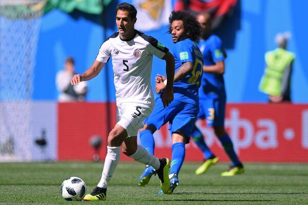 Хавбек сборной Коста-Рики Сельсо Борхес и защитник сборной Бразилии Марсело (слева направо)
