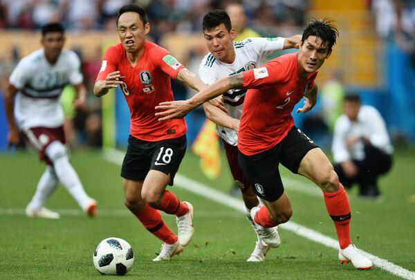 Полузащитник сборной Южной Кореи Мун Сон Мин, нападающий сборной Мексики Ирвинг Лосано и южнокорейский защитник Ли Ён (Слева направо)