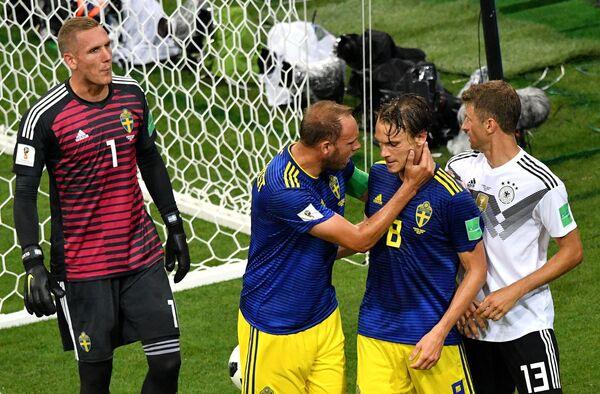 Футболисты сборной Швеции Робин Ульсен, Андреас Гранквист, Альбин Экдаль и немецкий полузащитник Томас Мюллер (Слева направо)