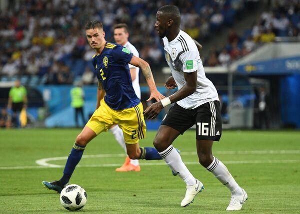 Шведский защитник Микаэль Люстиг и защитник сборной Германии Антонио Рюдигер (Слева направо)