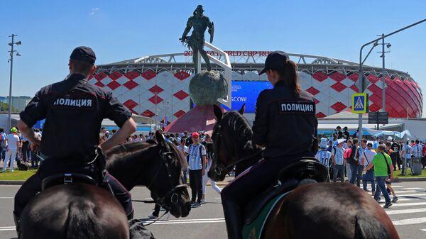 Сотрудники правоохранительных органов у стадиона Спартак