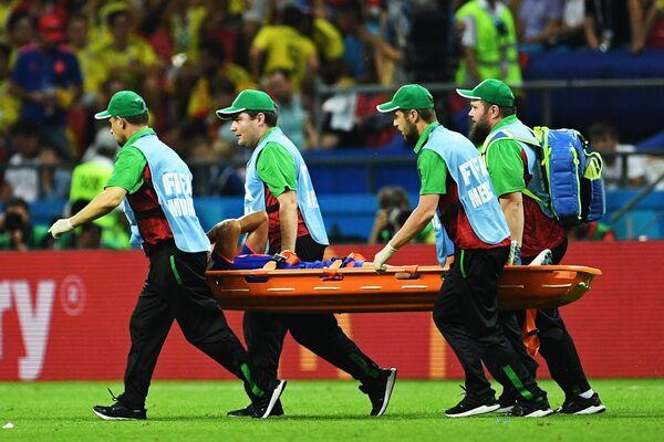 Полузащитника сборной Колумбии Абель Агилар уносят с поля