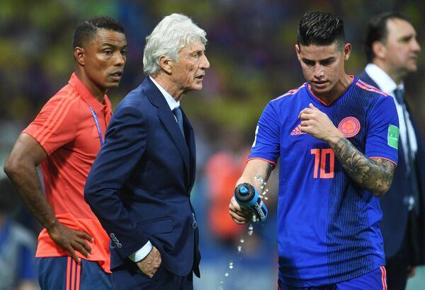 Главный тренер сборной Колумбии Хосе Пекерман и колумбийский полузащитник Хамес Родригес (В центре слева направо)