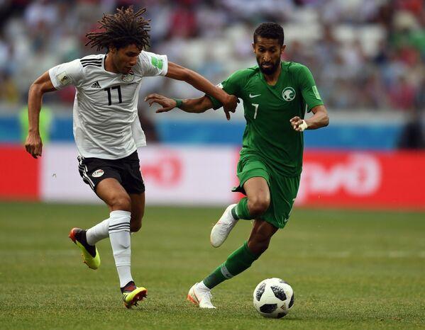 Египетский полузащитник Мохамед эль-Нени и полузащитник сборной Саудовской Аравии Салман Аль-Фарадж (Слева направо)