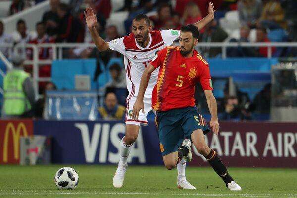 Форвард сборной Марокко Халид Бутаиб и испанский полузащитник Серхио Бускетс (Слева направо)