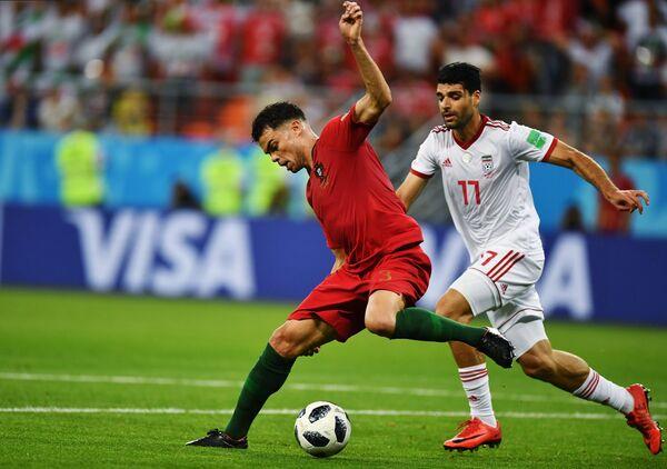 Защитник сборной Португалии Пепе и нападающий сборной Ирана Мехди Тареми (слева направо)