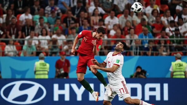 Защитник сборной Португалии Седрик Суареш и нападающий сборной Ирана Мехди Тареми (слева направо)