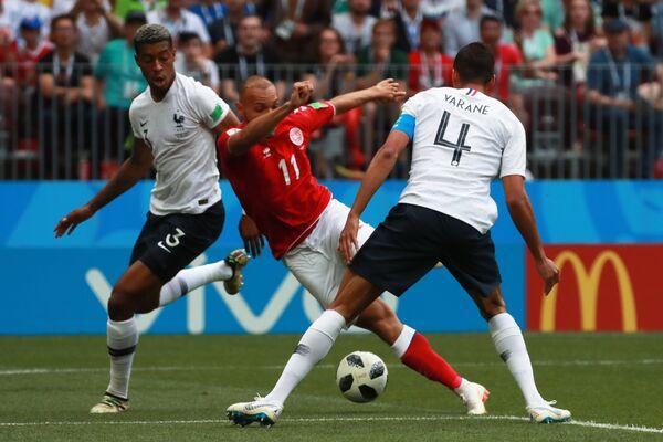 Защитник французов Преснель Кимпембе, полузащитник сборной Дании Мартин Брейтуэйт и защитник Франции Рафаэль Варан (Слева направо)