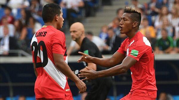 Футболисты сборной Перу Эдисон Флорес и Альдо Корсо (Слева направо)