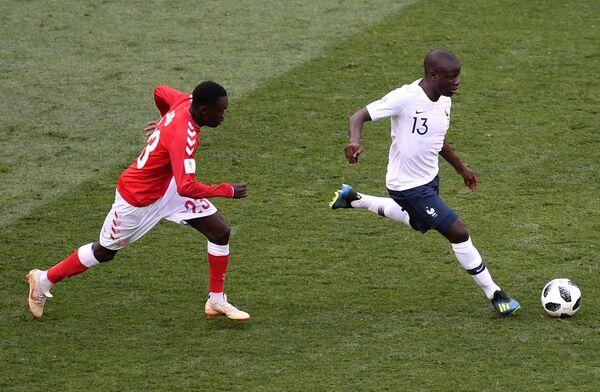 Хавбек сборной Дании Пионе Систо и полузащитник сборной Франции Н'Голо Канте (слева направо)