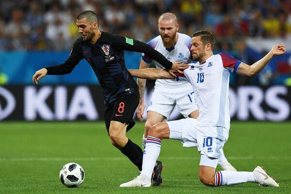 Полузащитники сборной Хорватии Матео Ковачич, сборной Исландии Арон Гуннарссон и Гильфи Сигурдссон (слева направо)