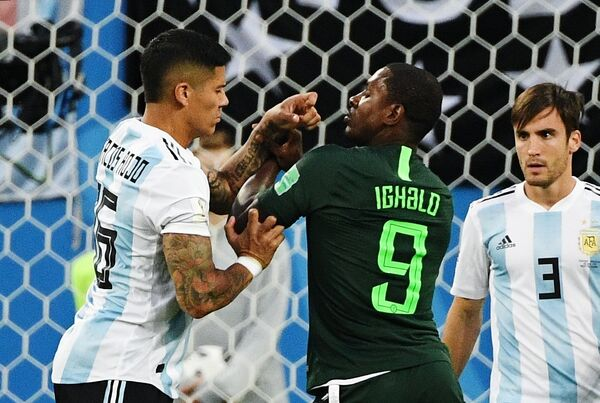 Защитник аргентинцев Маркос Рохо и нападающий сборной Нигерии Одион Игало (Слева направо)