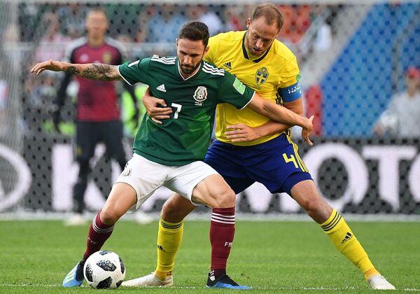 Полузащитник сборной Мексики Мигель Лайюн и шведский защитник Андреас Гранквист (Слева направо)