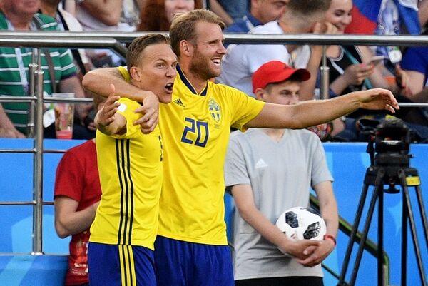 Футболисты сборной Швеции Людвиг Аугустинссон и Ола Тойвонен (Слева направо)