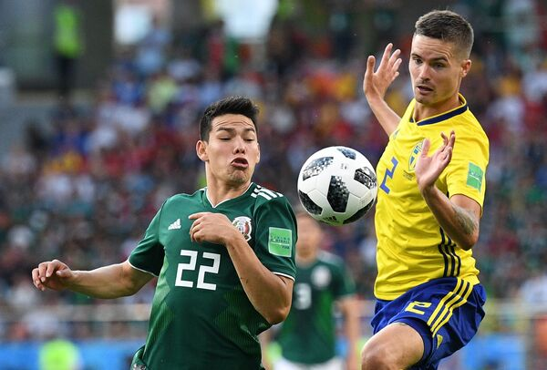 Мексиканский полузащитник Ирвинг Лосано и шведский защитник Микаэль Люстиг (Слева направо)