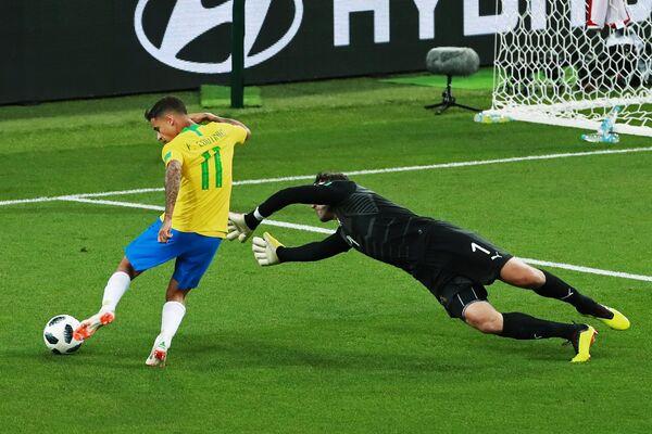 Бразильский полузащитник Филиппе Коутиньо и вратарь сербов Владимир Стойкович (Слева направо)