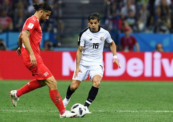 Защитники сборной Швейцарии Рикардо Родригес и сборной Коста-Рики Кристиан Гамбоа (слева направо)