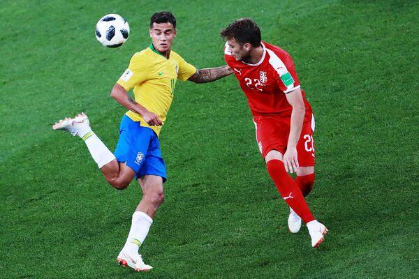 Бразильский полузащитник Филиппе Коутиньо и футболист сборной Сербии Адем Ляич (Слева направо)