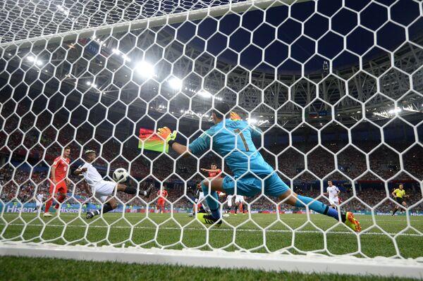 Вратарь сборной Коста-Рики Кейлор Навас (на первом плане)