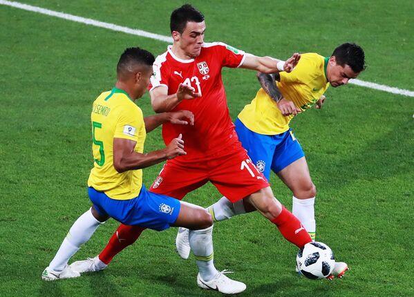 Полузащитник сборной Бразилии Каземиро, защитник сербов Филип Костич и бразильский защитник Фагнер (Слева направо)