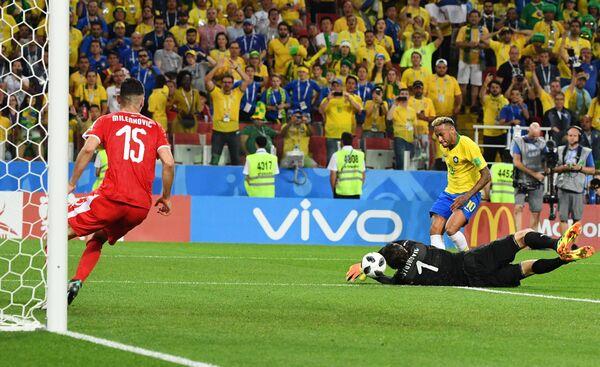 Защитник сборной Сербии Никола Миленкович, вратарь сборной Сербии Владимир Стойкович и форвард сборной Бразилии Неймар (слева направо)