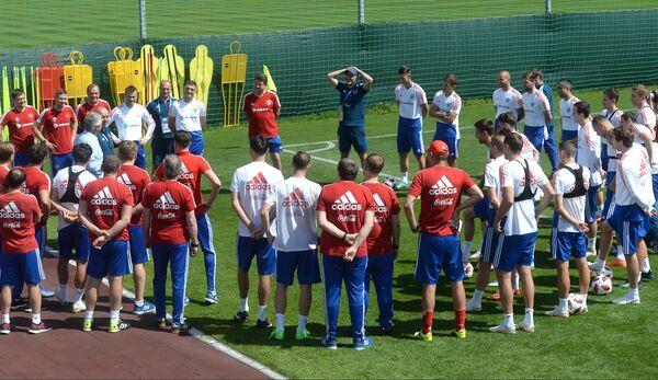 Гус Хиддинк и Станислав Черчесов (слева) в окружении футболистов сборной России