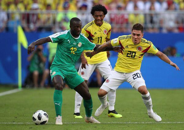 Защитник сборной Сенегала Юссуф Сабали, полузащитники сборной Колумбии Хуан Куадрадо и Хуан Кинтеро (слева направо)