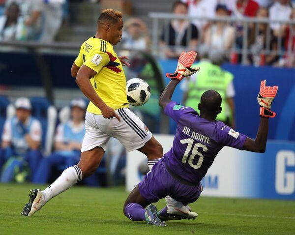Форвард сборной Колумбии Луис Муриэль и вратарь сборной Сенегала Хадим Н'Диайе (слева направо)