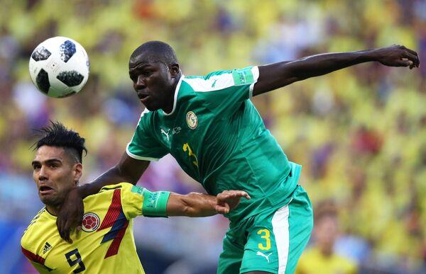 Форвард сборной Колумбии Радамель Фалькао и защитник сборной Сенегала Калиду Кулибали (слева направо)