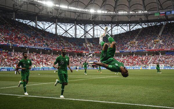 Футболисты сборной Саудовской Аравии радуются забитому голу