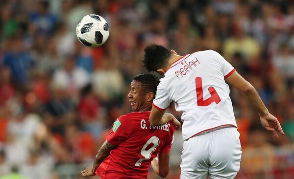 Полузащитник сборной Панамы Габриэль Торрес и хавбек сборной Туниса Яссин Мериа (слева направо)