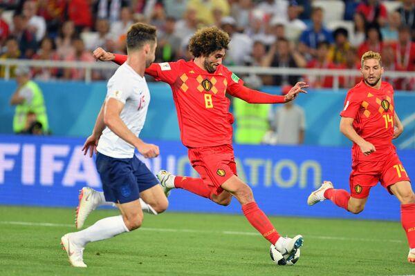 Защитник сборной Англии Гари Кэхилл, полузащитник сборной Бельгии Маруан Феллайни и хавбек сборной Бельгии Дрис Мертенс (слева направо)