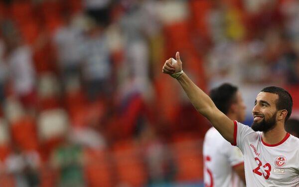 Хавбек сборной Туниса Наим Слити благодарит зрителей за поддержку