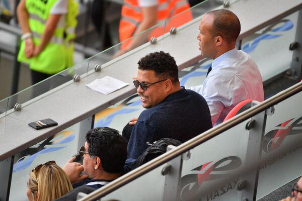 Бывшие футболисты Диего Марадона и Роналдо