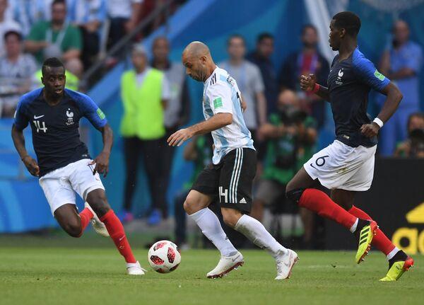 Французский полузащитник Блез Матюиди, аргентинский защитник Хавьер Маскерано и французский хавбек Поль Погба (Слева направо)