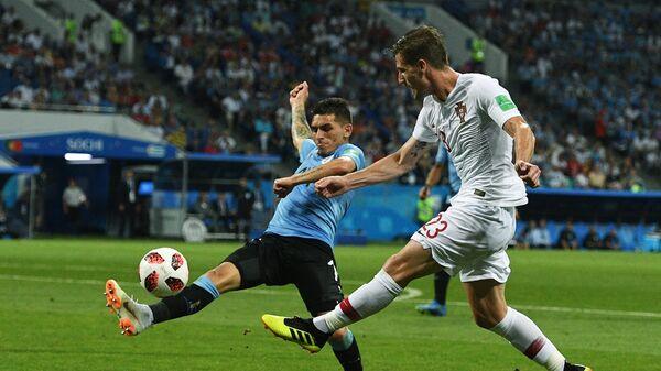 Уругвайский полузащитник Лукас Торрейра и полузащитник сборной Португалии Адриен Силва (Слева направо)