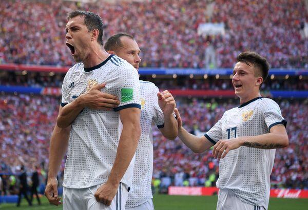 Футболисты сборной России Артем Дзюба, Сергей Игнашевич и Александр Головин (Слева направо)
