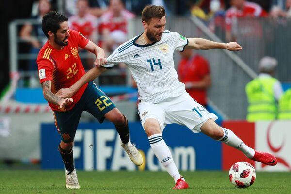 Испанский полузащитник Иско и защитник сборной России Владимир Гранат (Слева направо)