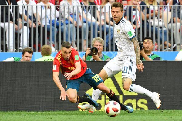 Испанский защитник Жорди Альба и нападающий сборной России Федор Смолов (Слева направо)