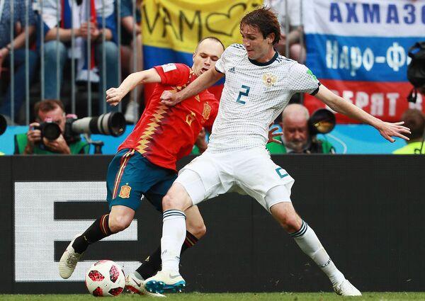 Испанский полузащитник Андрес Иньеста и защитник сборной России Марио Фернандес (Слева направо)