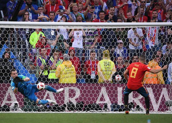 Российский вратарь Игорь Акинфеев отбивает удар с пенальти испанского футболиста Коке (Слева направо)