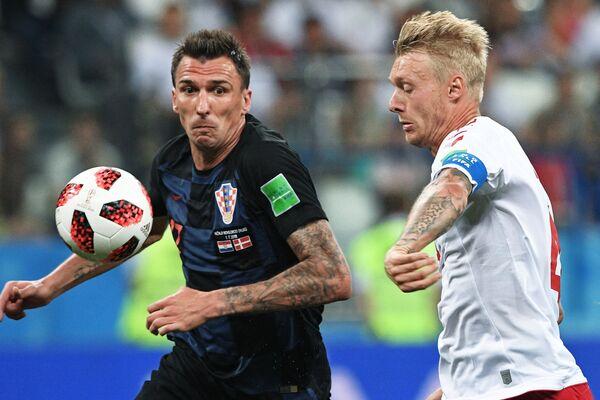 Нападающий хорватской сборной Марио Манджукич и датский защитник Симон Кьер (слева направо)