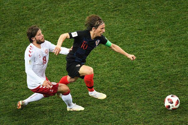 Датский полузащитник Лассе Шёне и полузащитник сборной Хорватии Лука Модрич (Слева направо)
