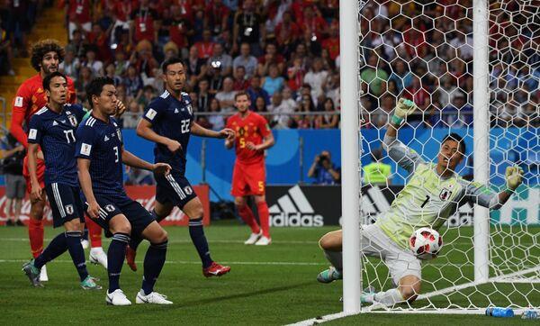 Вратарь японцев Эйдзи Кавасима (справа)