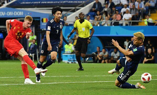 Бельгийский полузащитник Кевин Де Брёйне и футболисты сборной Японии Гаку Сибасаки и Юто Нагатомо (слева направо)