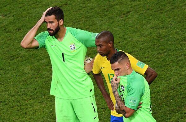 Вратарь сборной Бразили Алисон, хавбек Фернандиньо и вратарь Эдерсон (слева направо)