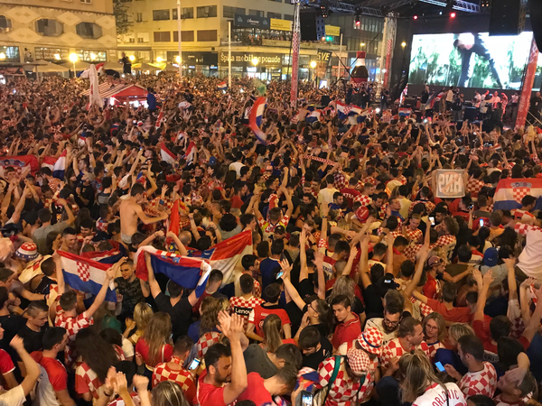 Болельщики в Загребе во время матча Россия - Хорватия